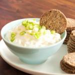 Kernige Cracker mit Schafskäsedip