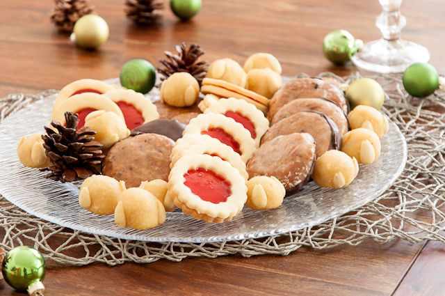 Weihnachtlicher Plätzchenteller mit Spitzbuben