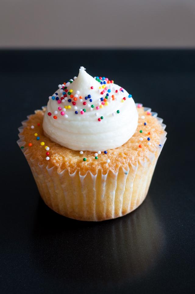 Vanilla Cupcake mit Zuckerperlen