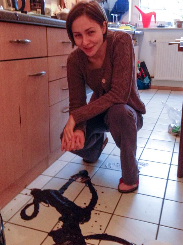 Backeifer Outtake Ganache auf dem Küchenboden