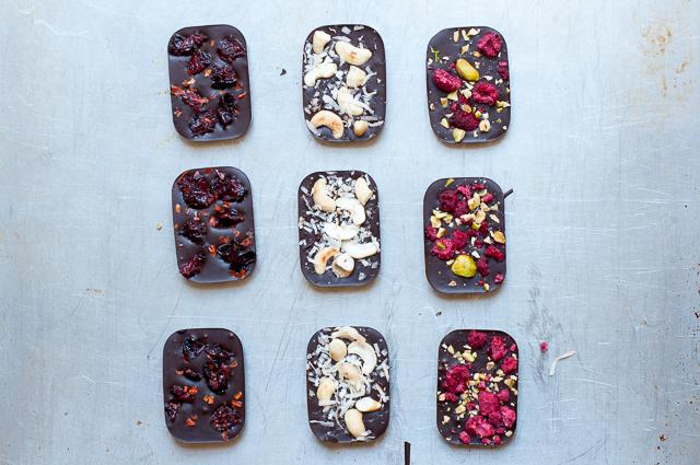 Selbstgemachte Schokoladentafeln in drei Variationen