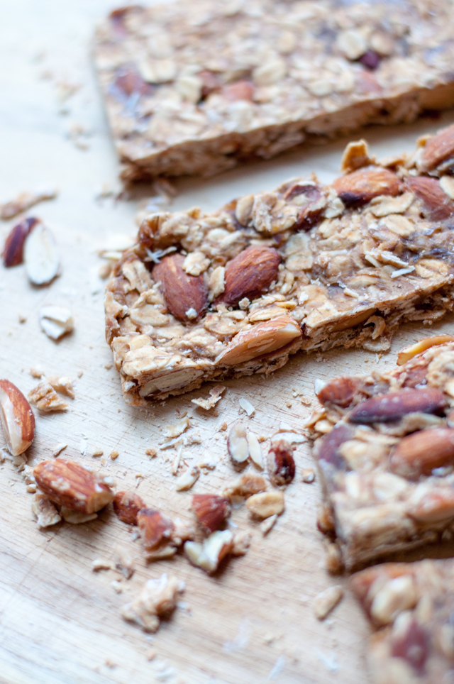 Nussige Müsliriegel ohne Backen - mit jeder Menge Mandeln und cremiger Erdnusbutter