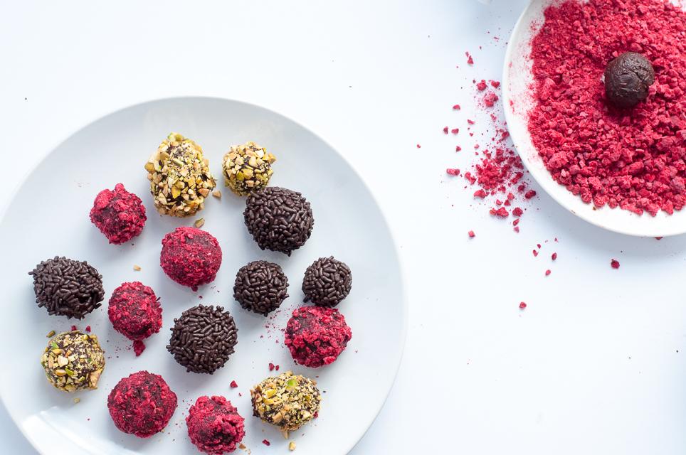 Das einfachste Rezept für selbstgemachte Schokoladentrüffel: nur zwei Zutaten und keine Pralinenholkörper notwendig.