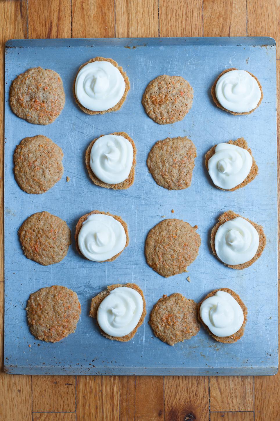 Möhrenkuchen Whoopie Pies sind leckere Sandwich-Cookies gefüllt mit einer Frischkäsecreme