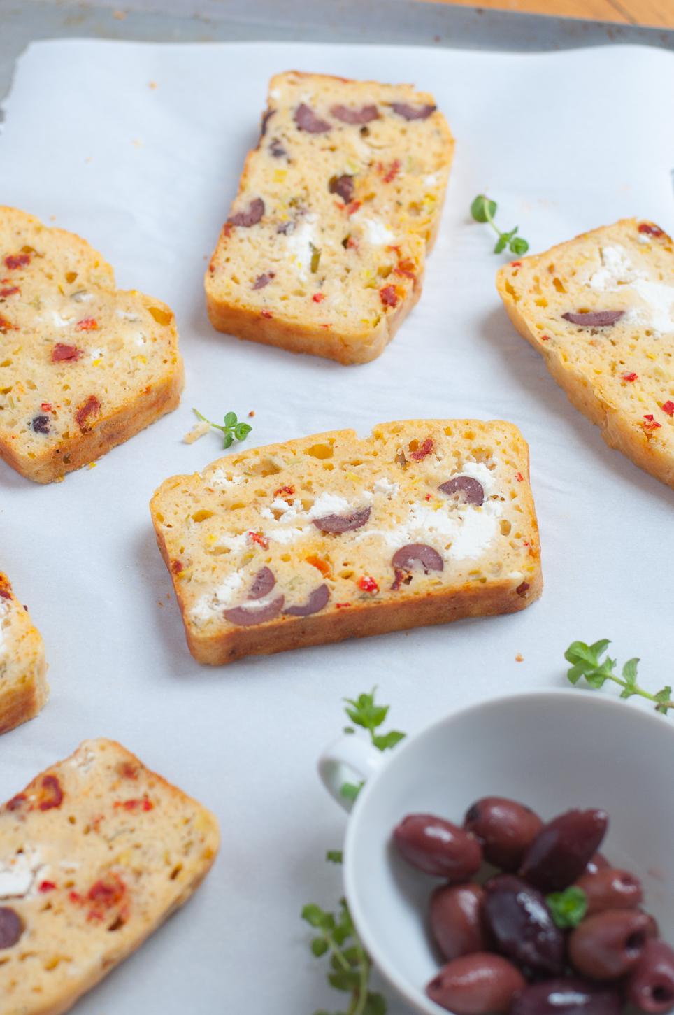 Schnelles mediterranes Brot mit Ziegenfrischkäse und Oliven. Super zum Brunch oder Picknick!